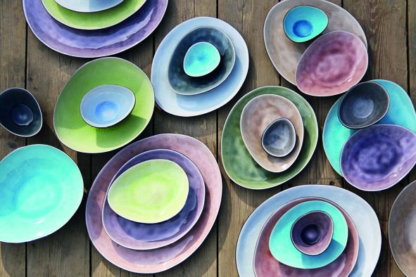 gekleurde borden servies