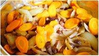 Tajine met wortelen, uien, kip en kaneel