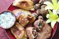 Hartige Braziliaanse hapjes, pittige empanadas en gehaktballetjes