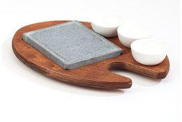 Cooking stone met 3 kommetjes op houten plank