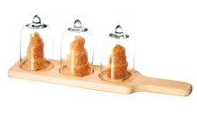 Hapjes serveerplank met 3 glazen stolpen